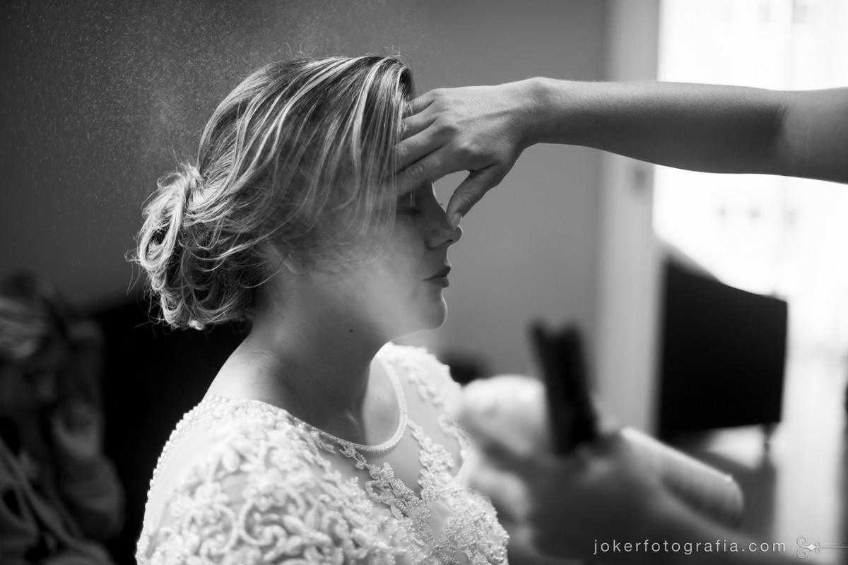 fotógrafo acompanha dia de noiva enquanto ela faz maquiagem e cabelo