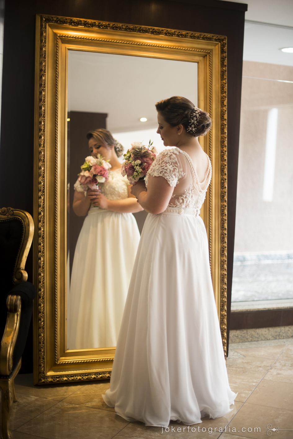 fotógrafo de casamento faz ensaio com noiva usando vestido de noiva simples com bordados em pérola e inspiração vintage