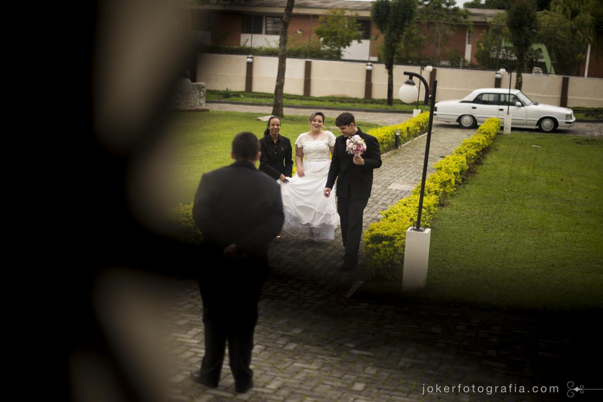 camila zem cerimonialista em curitiba acompanhando a noiva até a porta da igreja