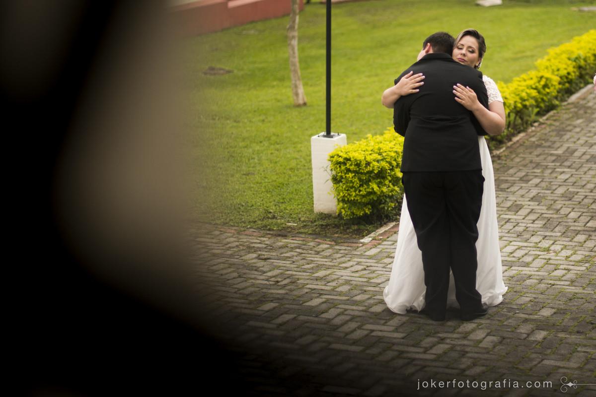 fotojornalismo em casamento retrata a emoção da noiva antes de subir ao altar