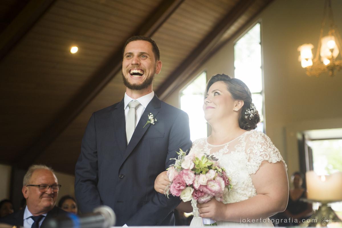 fotógrafo faz fotos espontâneas durante a cerimônia de casamento