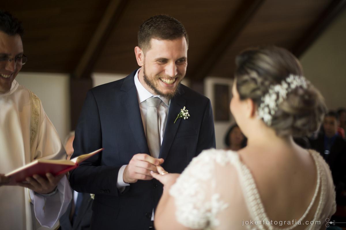 casamento divertido de noivos jovens