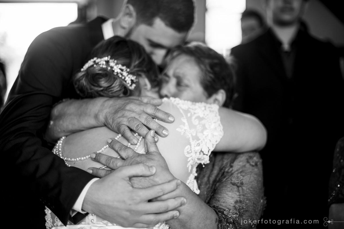 abraço na vozinha durante celebração de casamento