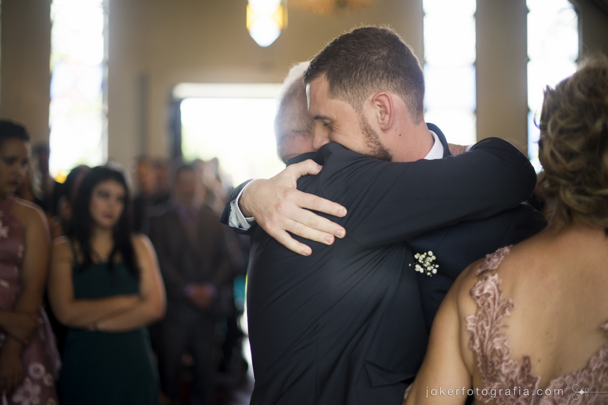 noivo abraçando o pai no dia do casamento