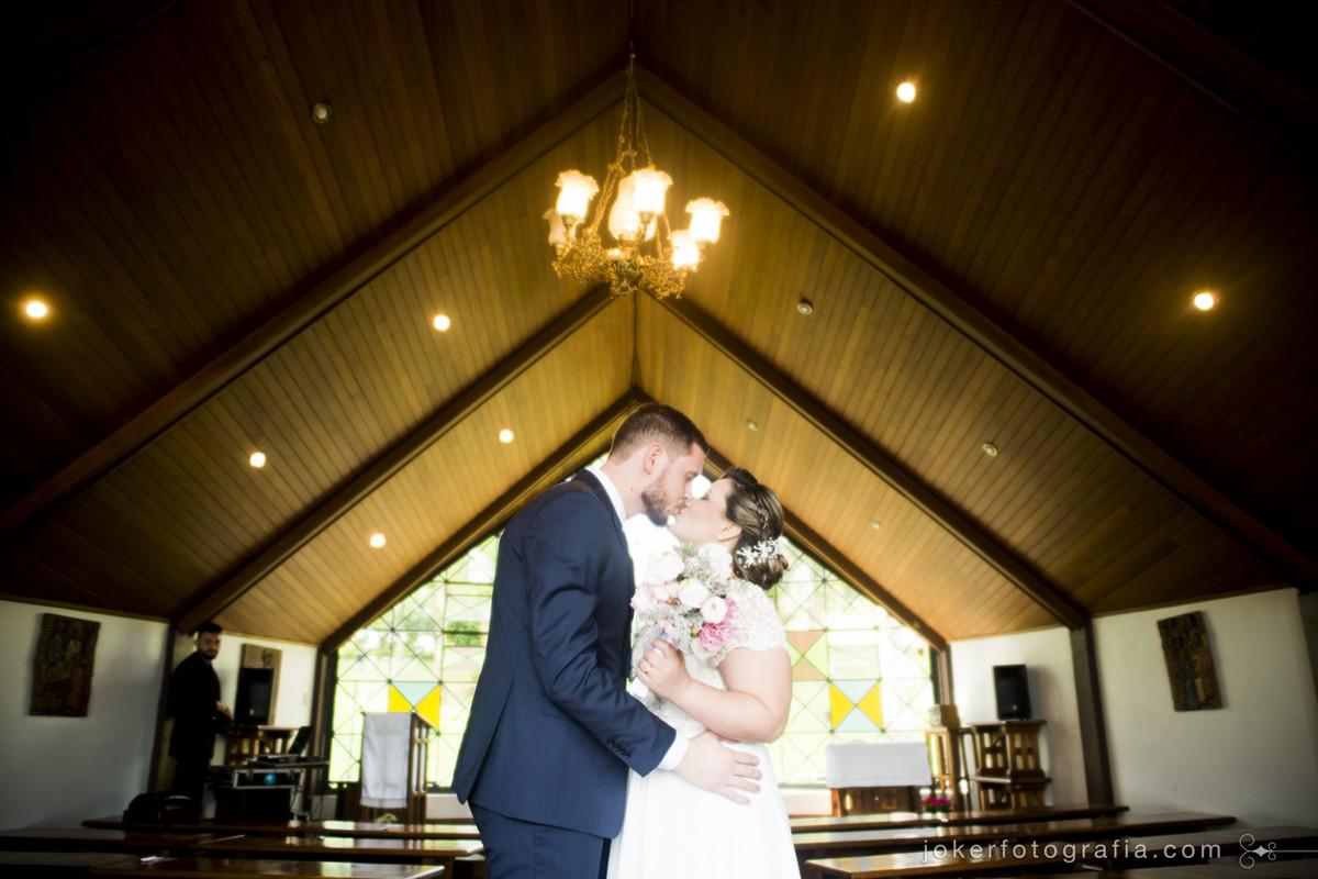 fotos dos noivos na igreja vazia