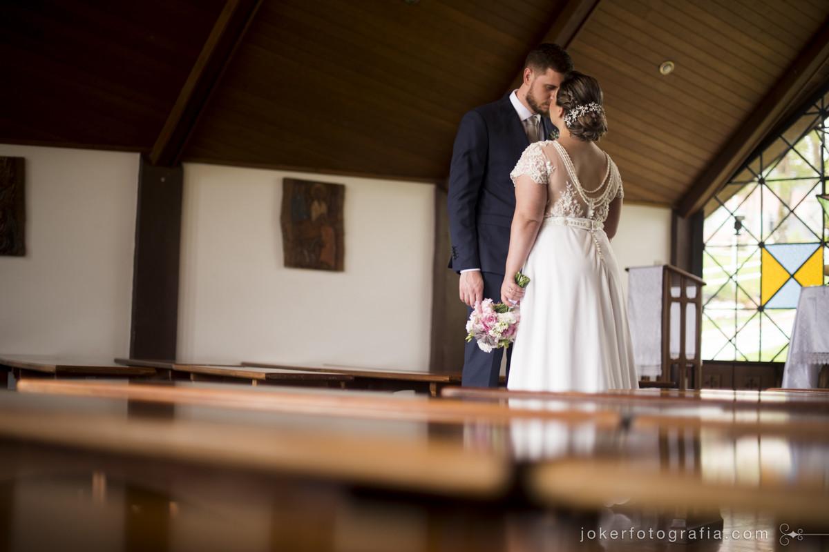 noivos dentro da igreja