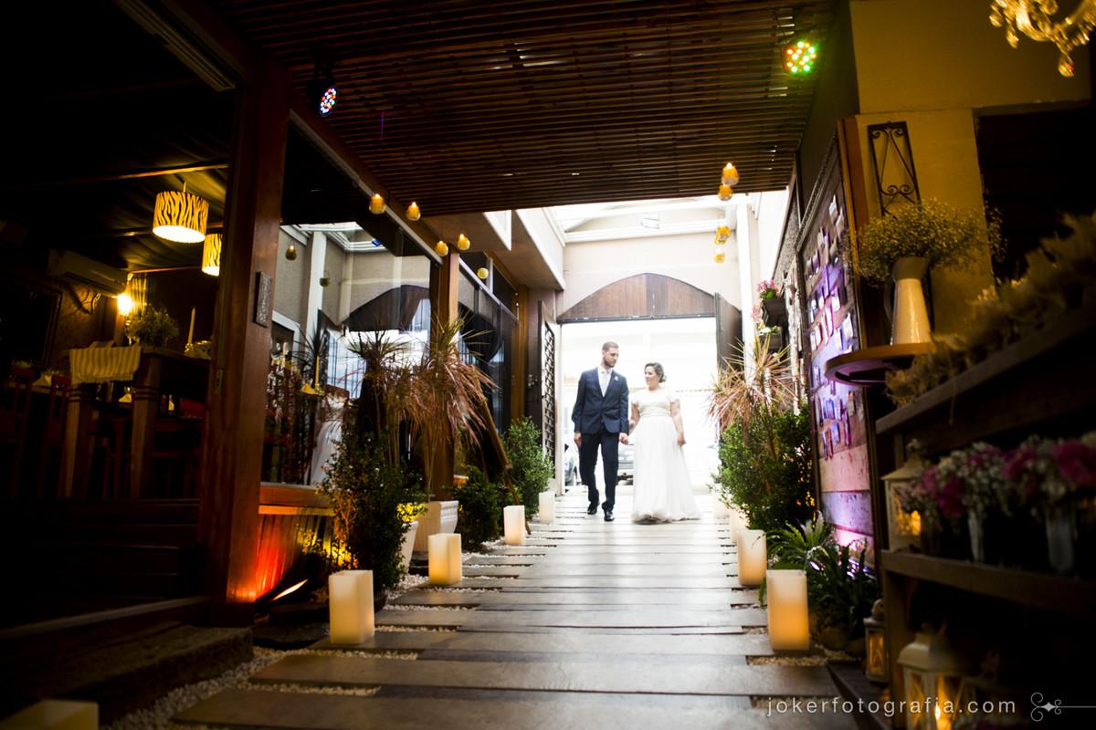 entrada dos noivos no salao no dia do casamento