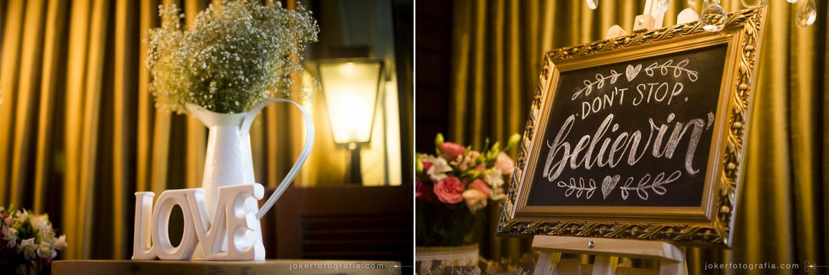 arandelas e flores na decoração de um mini wedding