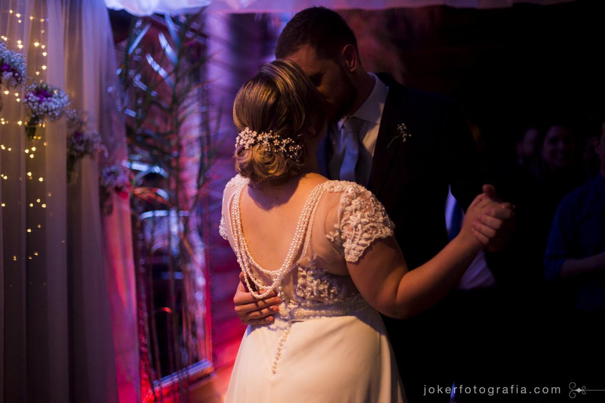 vestido de noiva com as costas a mostra
