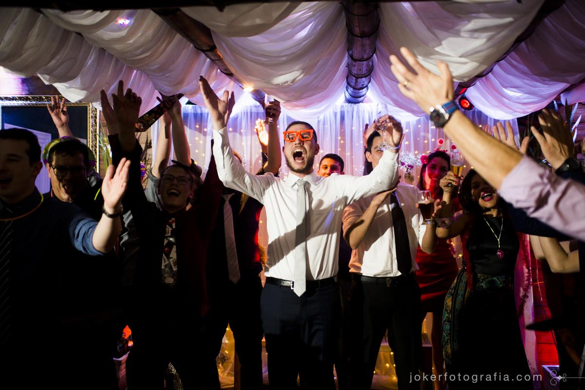 amigos dos noivos e padrinhos divertem a festa de casamento
