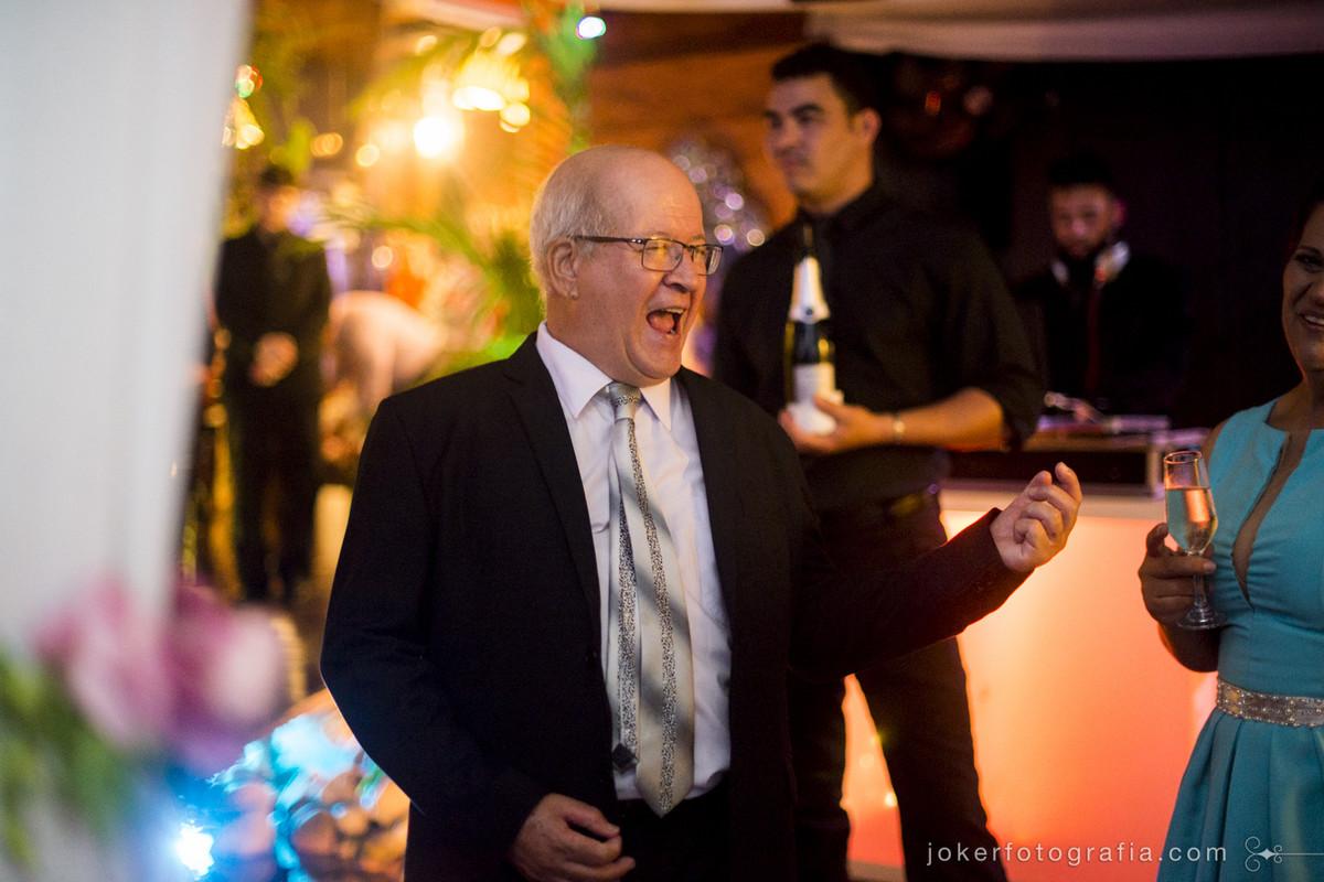 convidados curtindo um rock n roll na festa de casamento