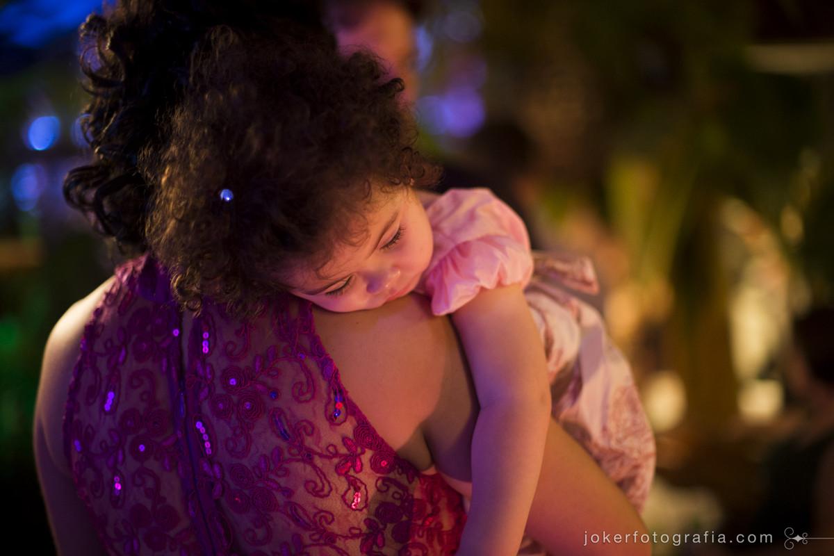criança descansando durante a festa