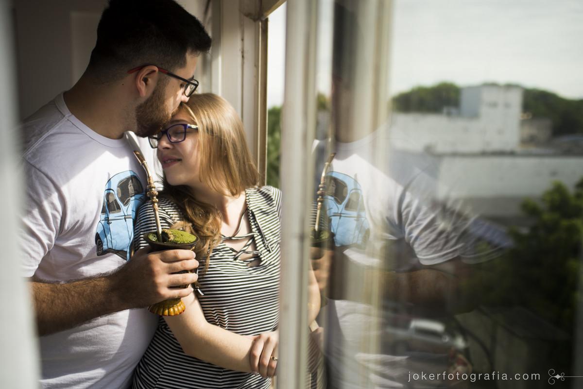 fotógrafo faz ensaio new home de casal gaúcho tomando seu chimarrão