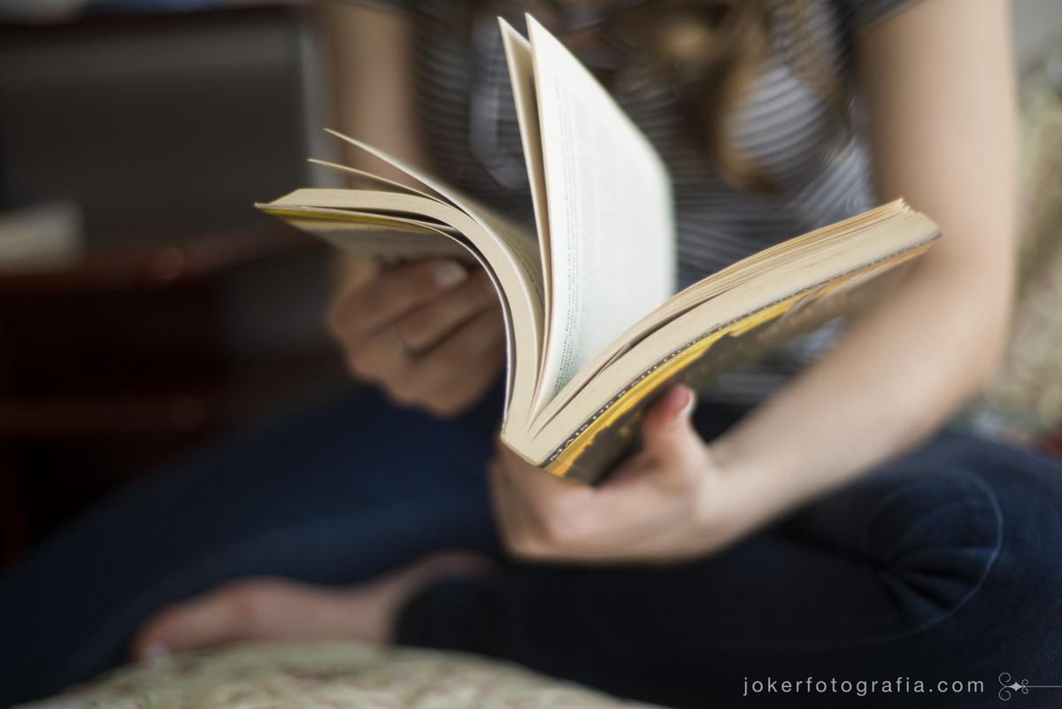 noiva que gosta de ler leva seus livros favoritos no ensaio