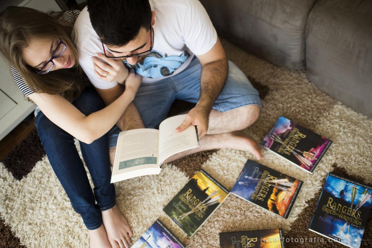 casal que lê juntos a série rangers exibe os livros no ensaio new home