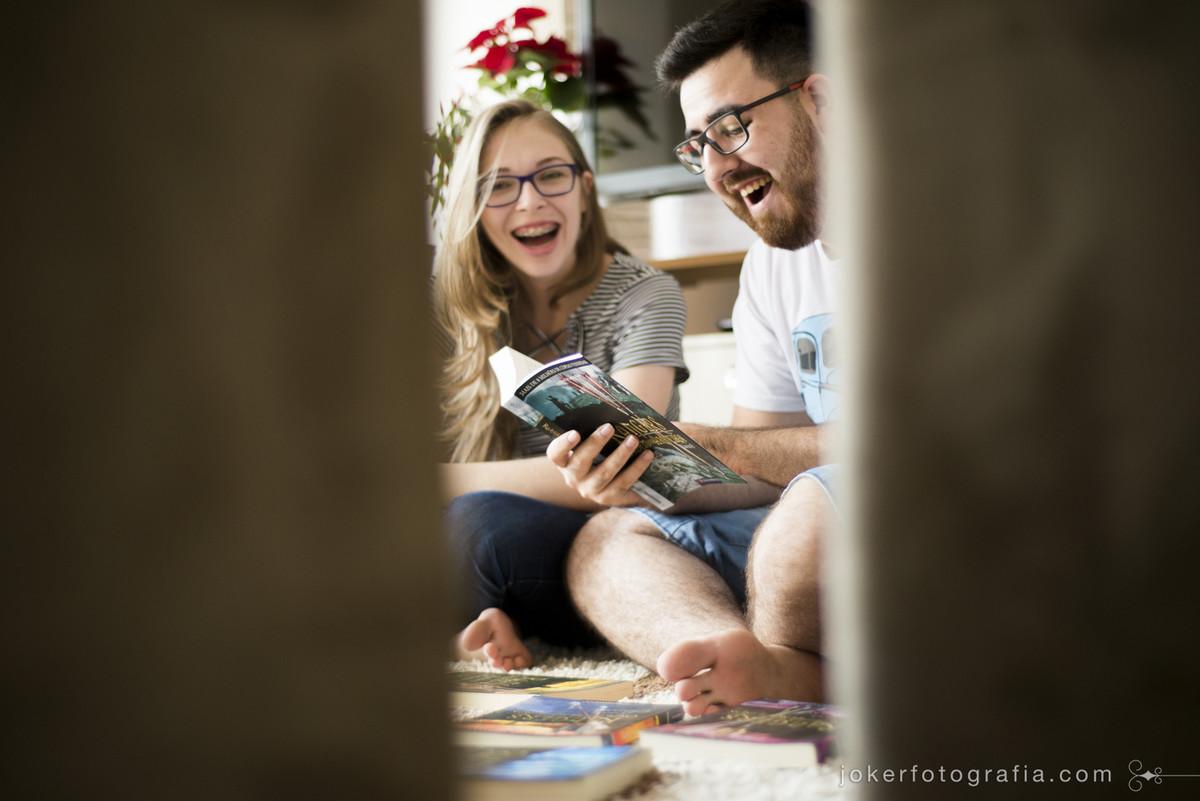 casal lendo juntos em casa