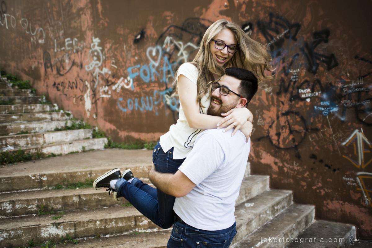 fotógrafo de casamento faz ensaio urbano em ijuí RS em locação inusitada, muros pichados e escadaria da cidade