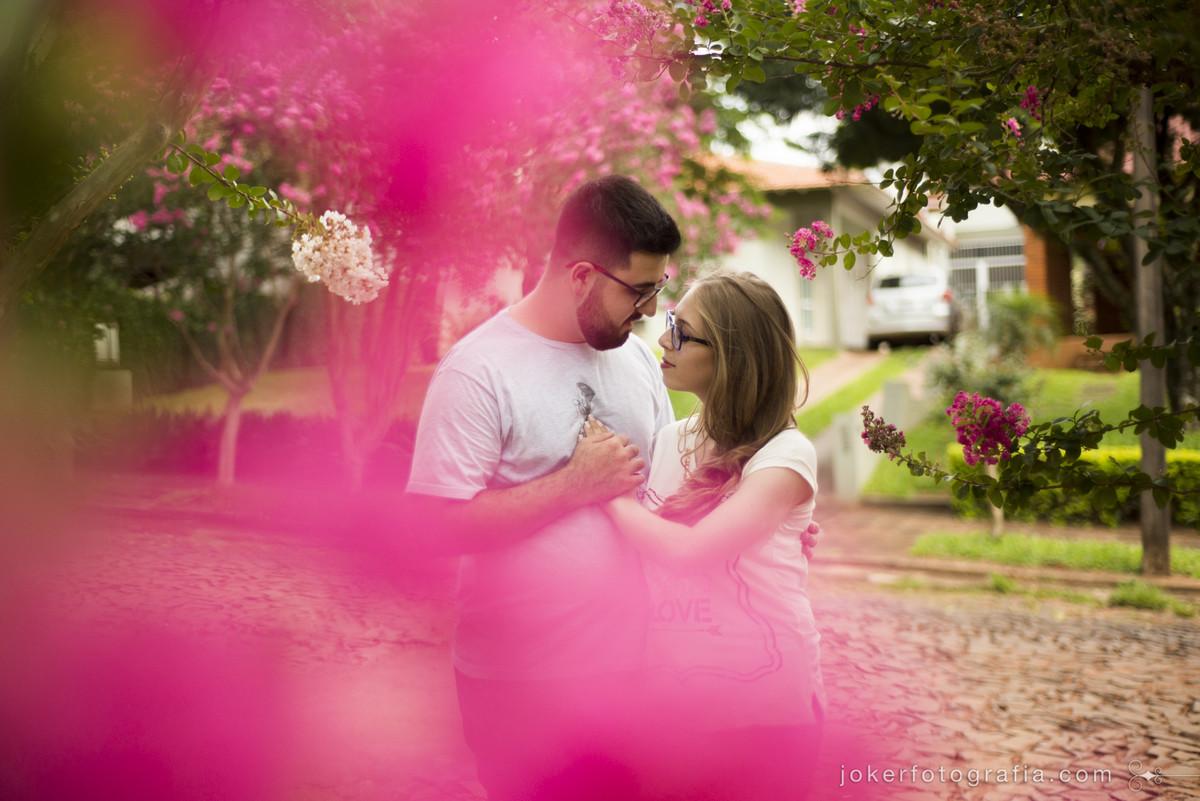 cerejeiras em frente a casa sao o cenario perfeito para ensaio pre casamento