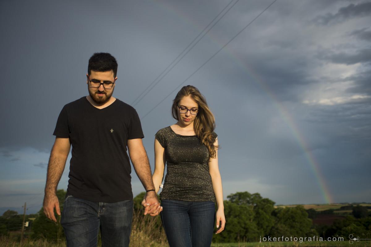 casal de noivos caminham sempre de mãos dadas