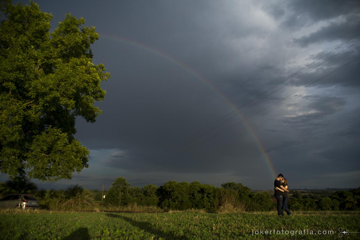 registro único de arco íris no rio grande do sul durante fotos de um ensaio pre wedding