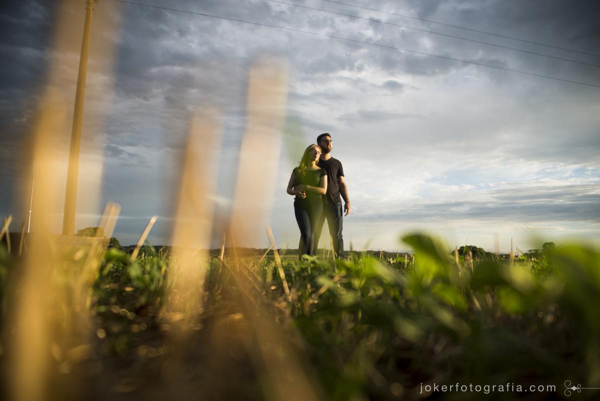 ensaio de casal em campo no rio grande do sul