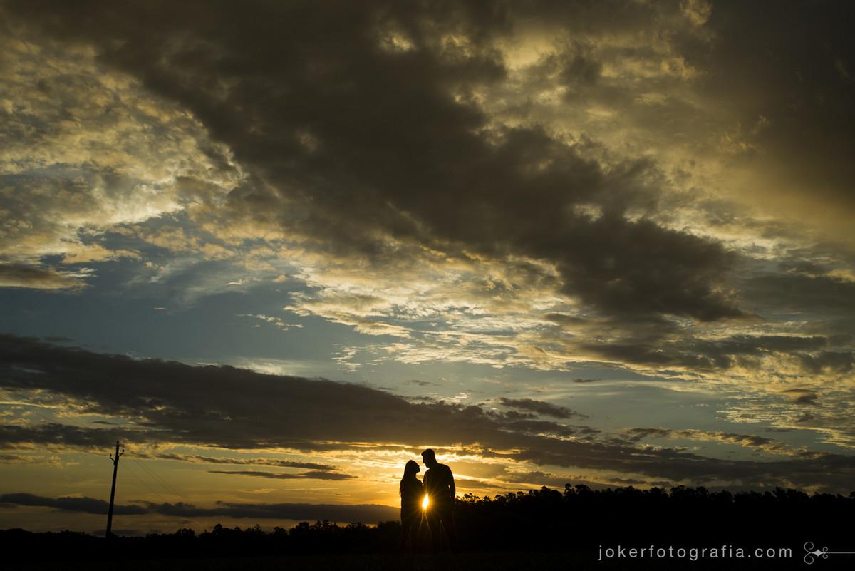 por do sol visto de cima de montanhas no rio grande do sul durante ensaio pre casamento com os fotografos da joker fotografia