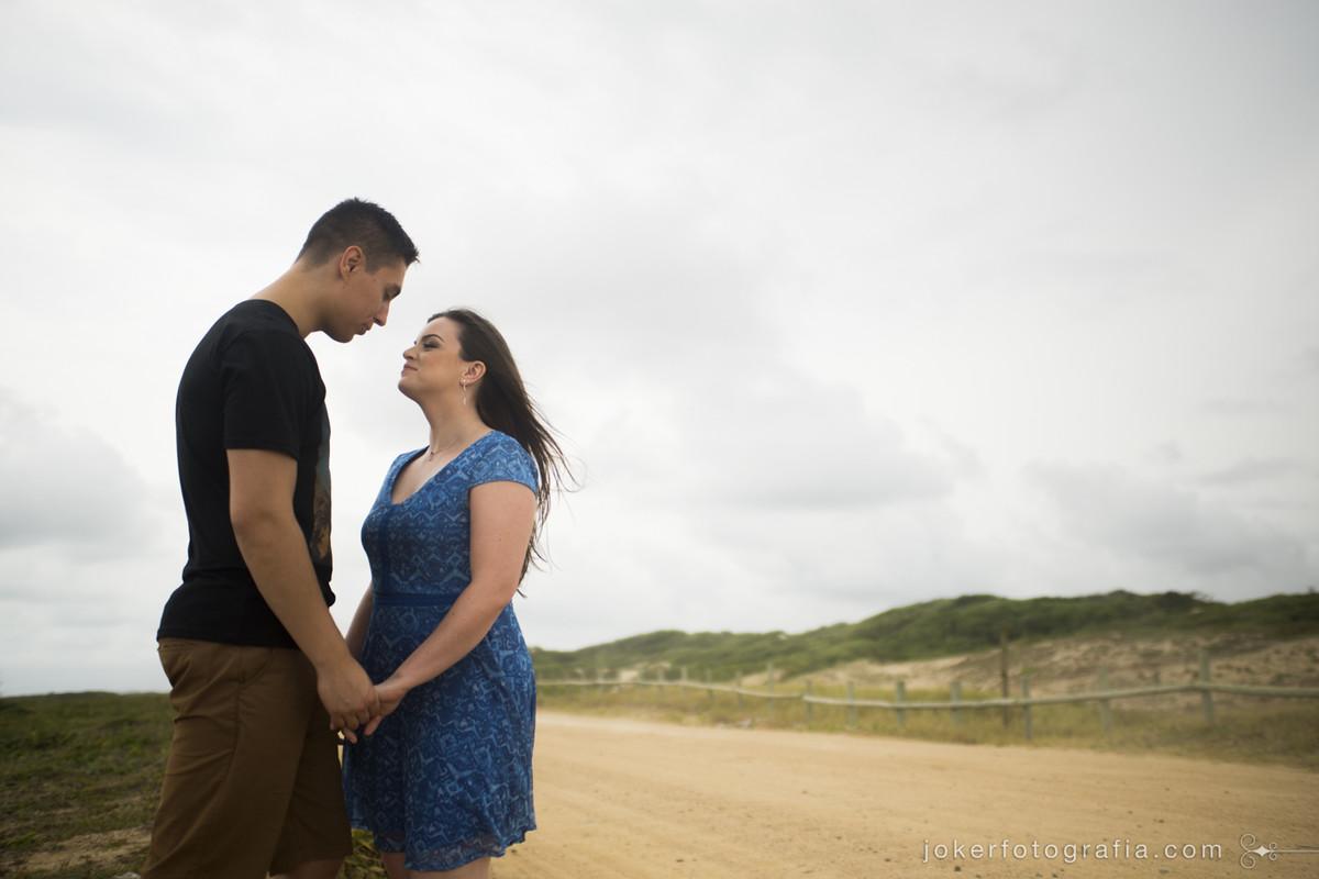 ensaio de casal em rua deserta no meio das dunas de são francisco do sul