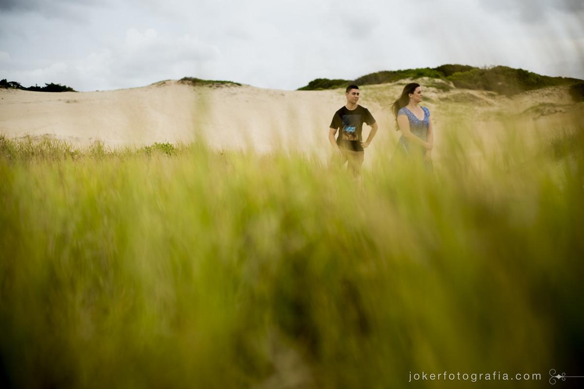 fotógrafo faz ensaio de casal em dunas de areia em santa catarina