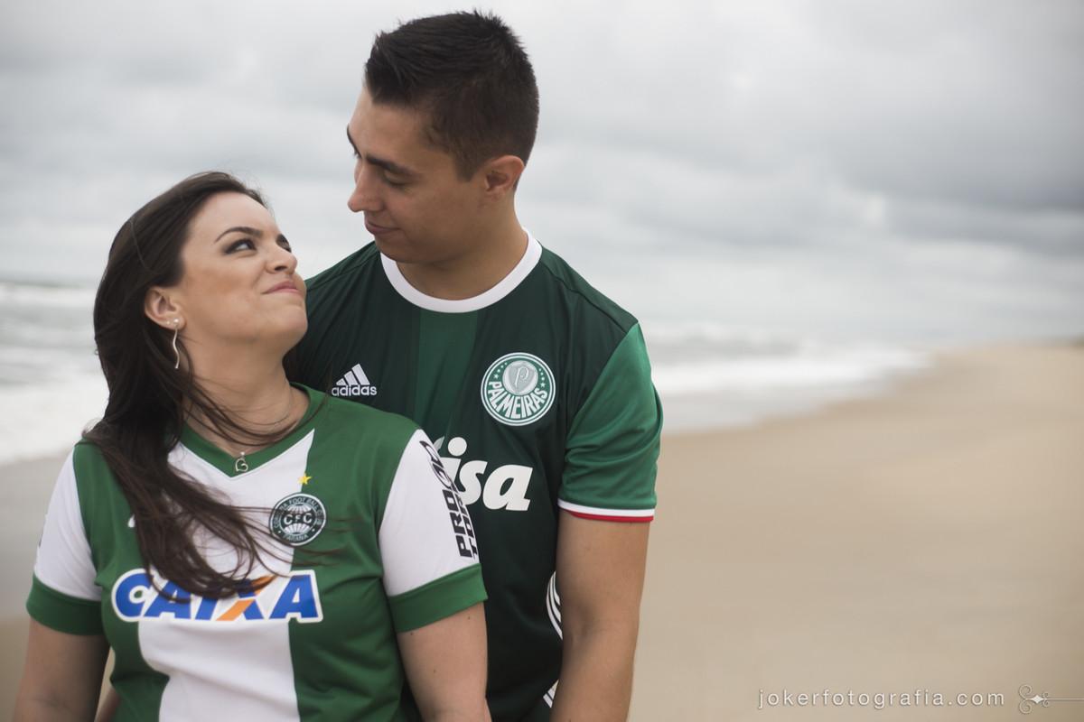 ensaio de casal com camisetas de time palmeiras e coritiba