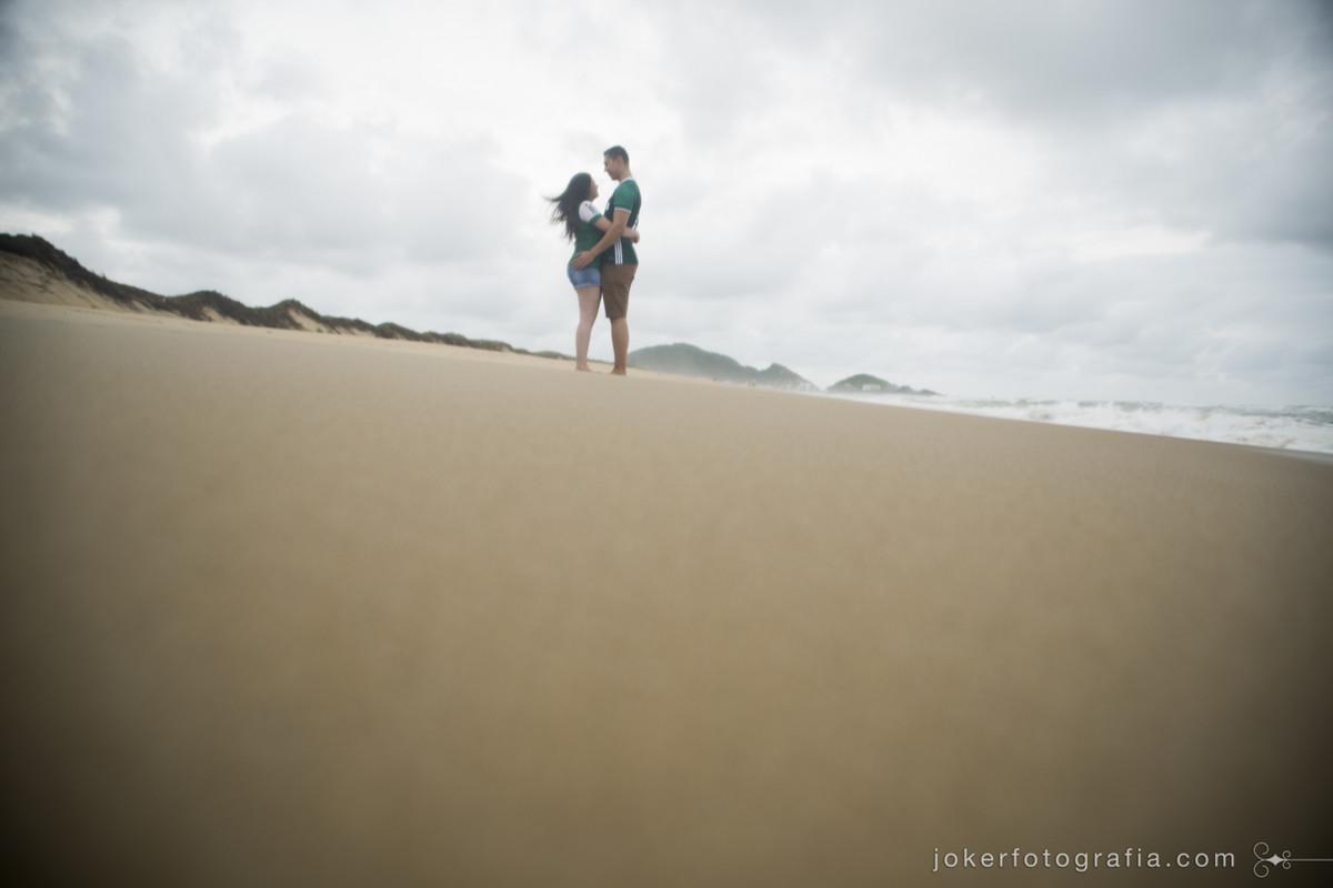 ensaio pré-wedding em praia deserta de santa catarina