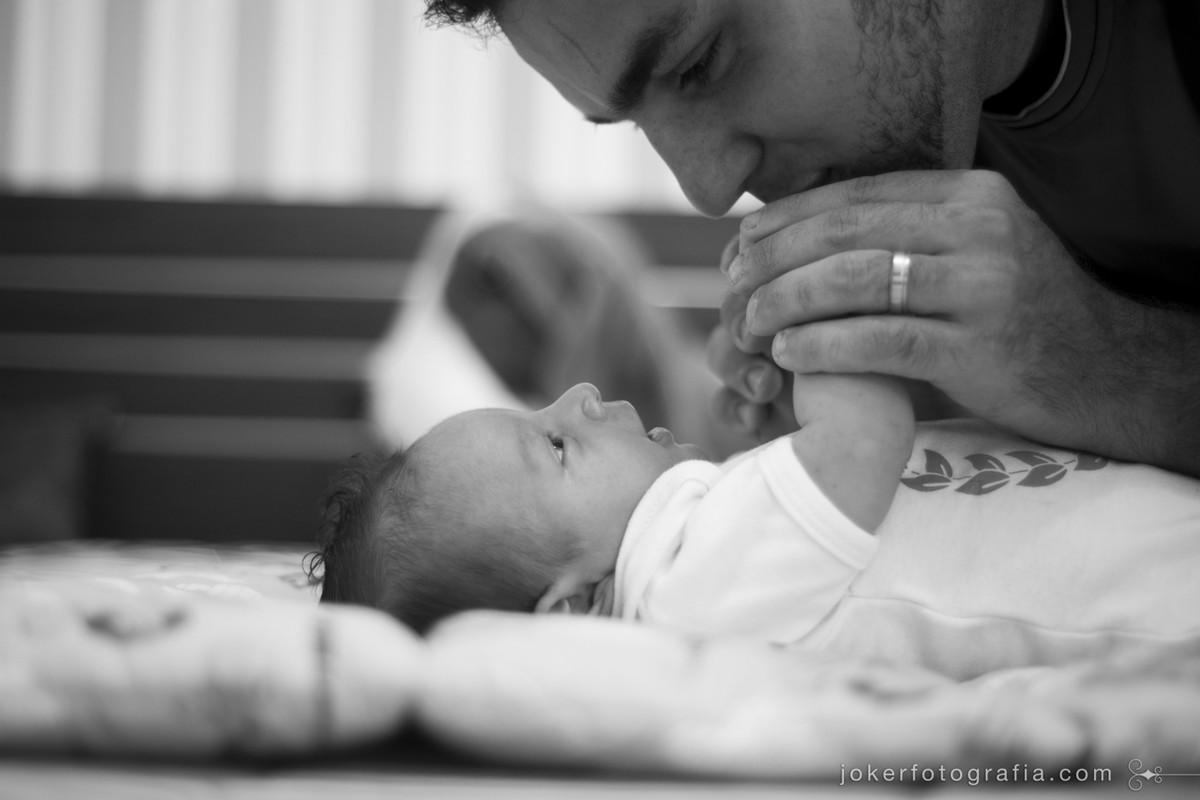 fotógrafo retrata o pai cuidando do bebê em ensaio lifestyle