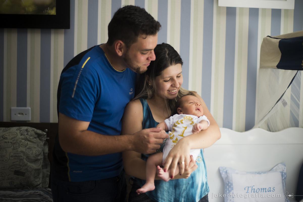 adry ellen ávila e gustavo fernando com seu filho thomas completando um mês