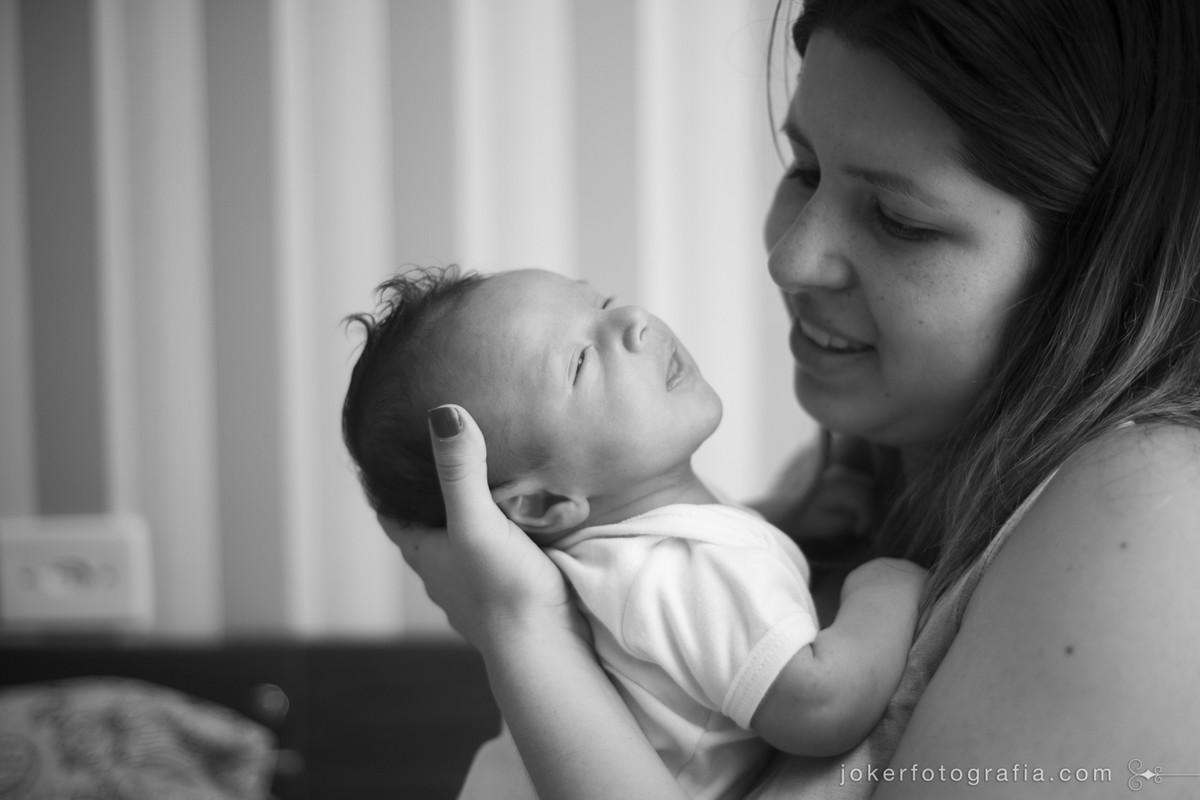 ensaio da mãe com o bebê recém nascido