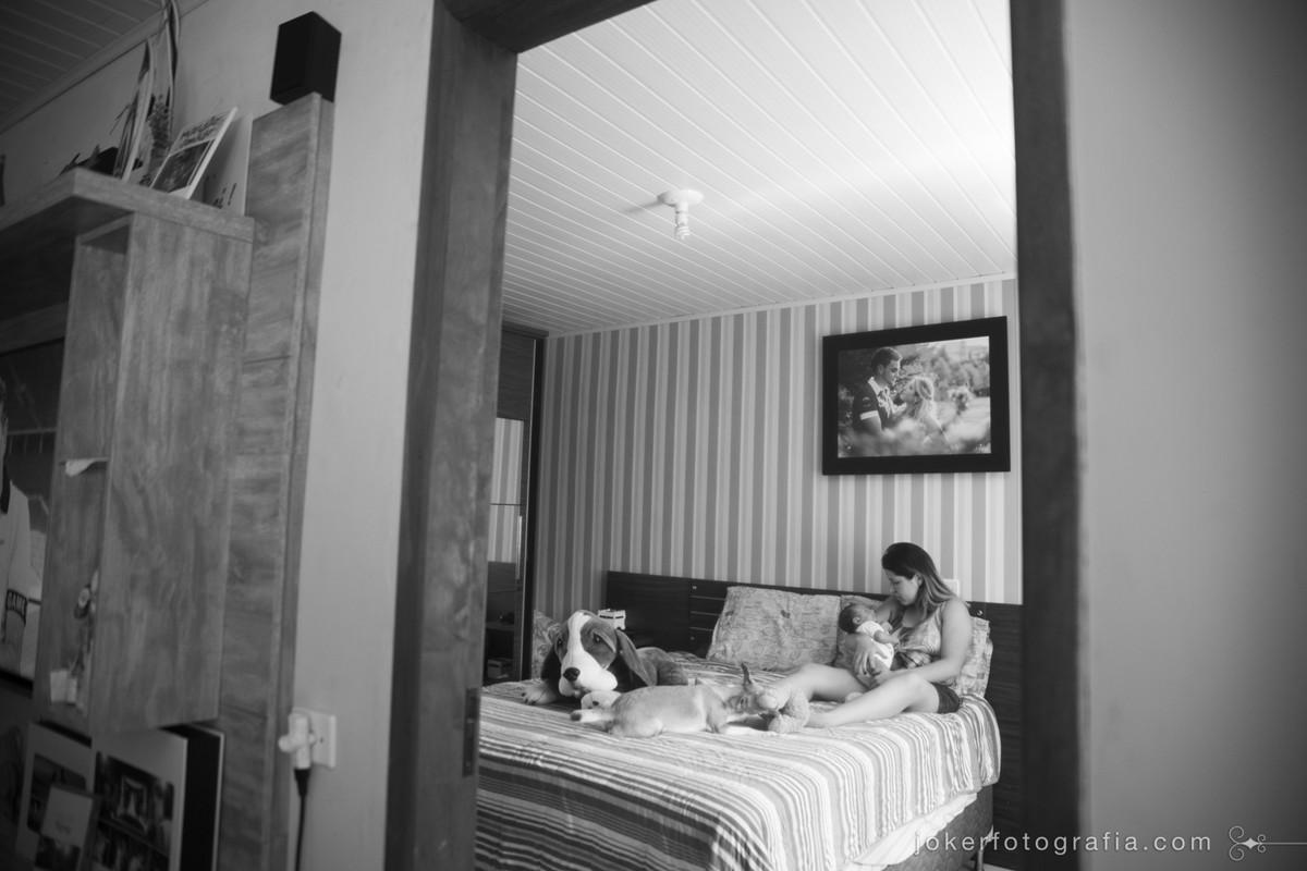 fotógrafo de família em curitiba registra mãe amamentando em casa