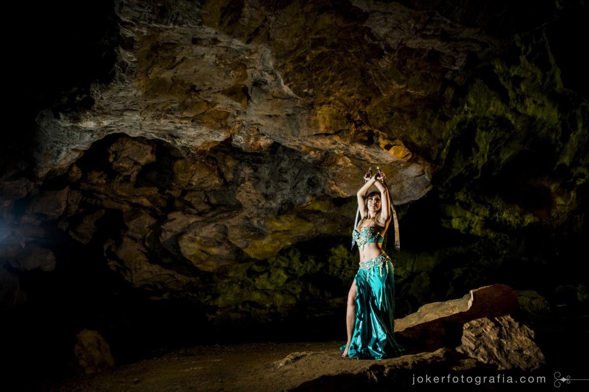 book fotográfico profissional de dança do ventre diferente foi feito em uma gruta
