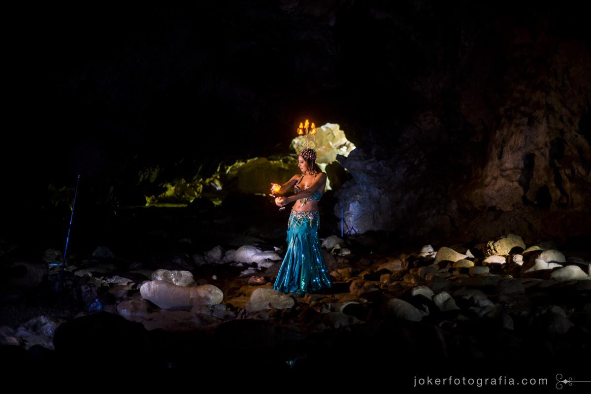 fotógrafo em curitiba especializado em dança do ventre inova ao fotografar na gruta do bacaetava