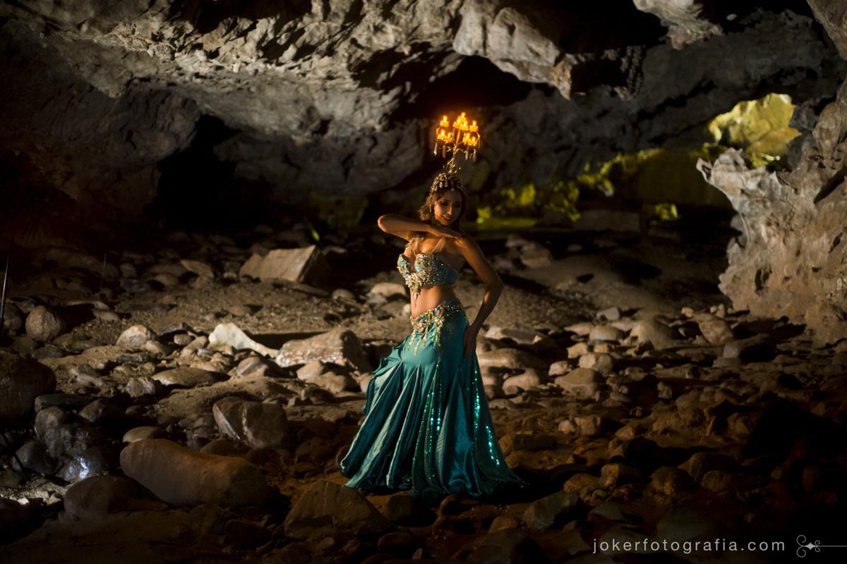 fotógrafo faz ensaio de bailarina de dança do ventre dentro de uma caverna perto de curitiba chamada Gruta do Bacaetava