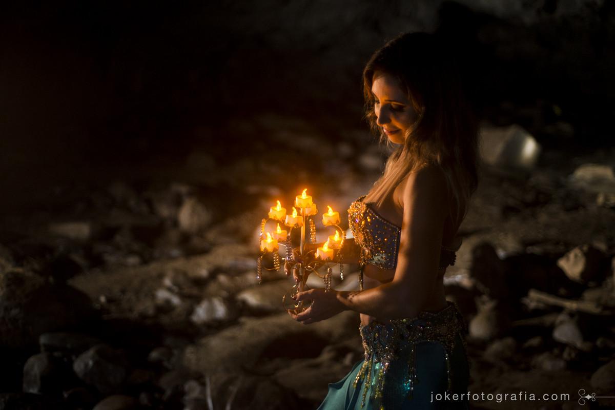 já pensou em fazer seu book em uma locação diferente? esta dançarina teve a idéia de fotografar em uma gruta em colombo!