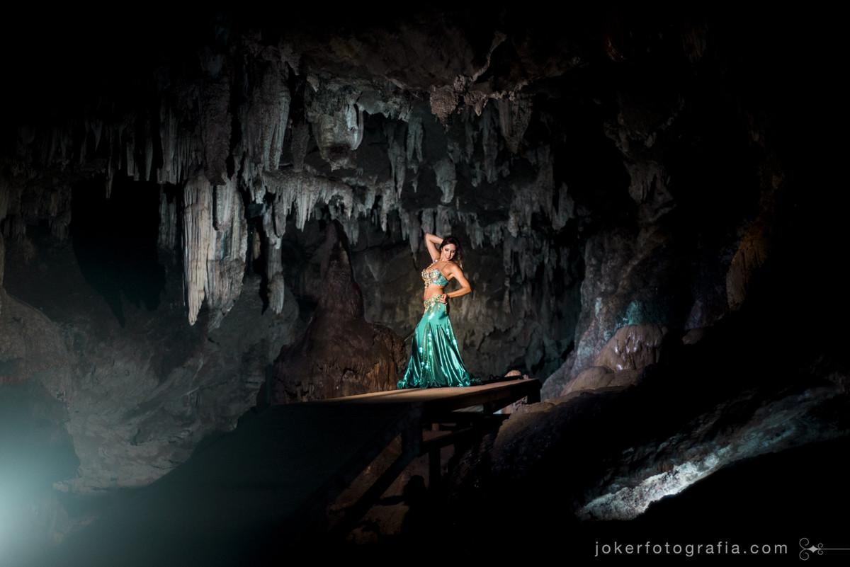 gruta milenar próximo de curitiba serve de cenário para book da dançarina gisele carol matos