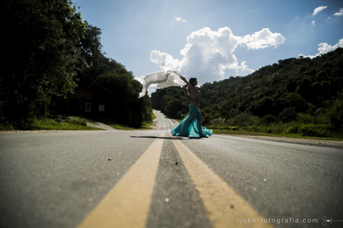 a dançarina atravessa a rua e faz ensaio fotográfico com o tema dança do ventre