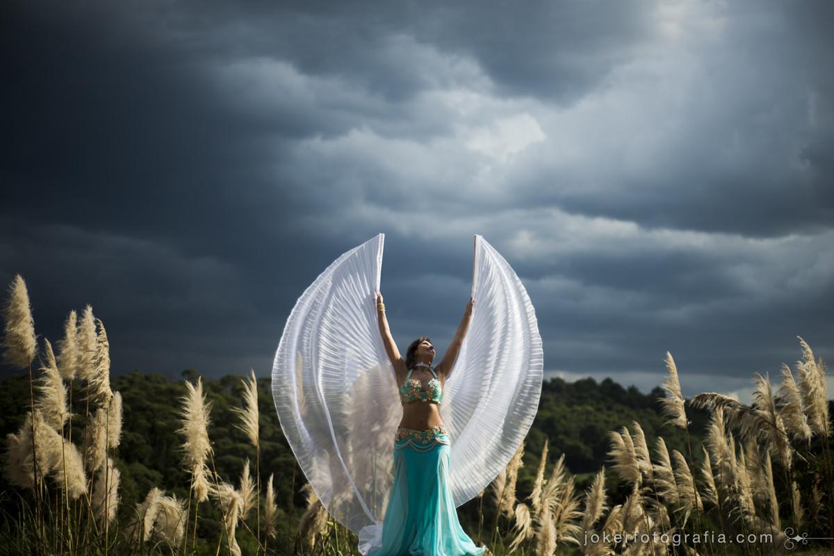 melhor fotógrafo de curitiba faz retratos surreais de dançarina com asas parecendo um anjo