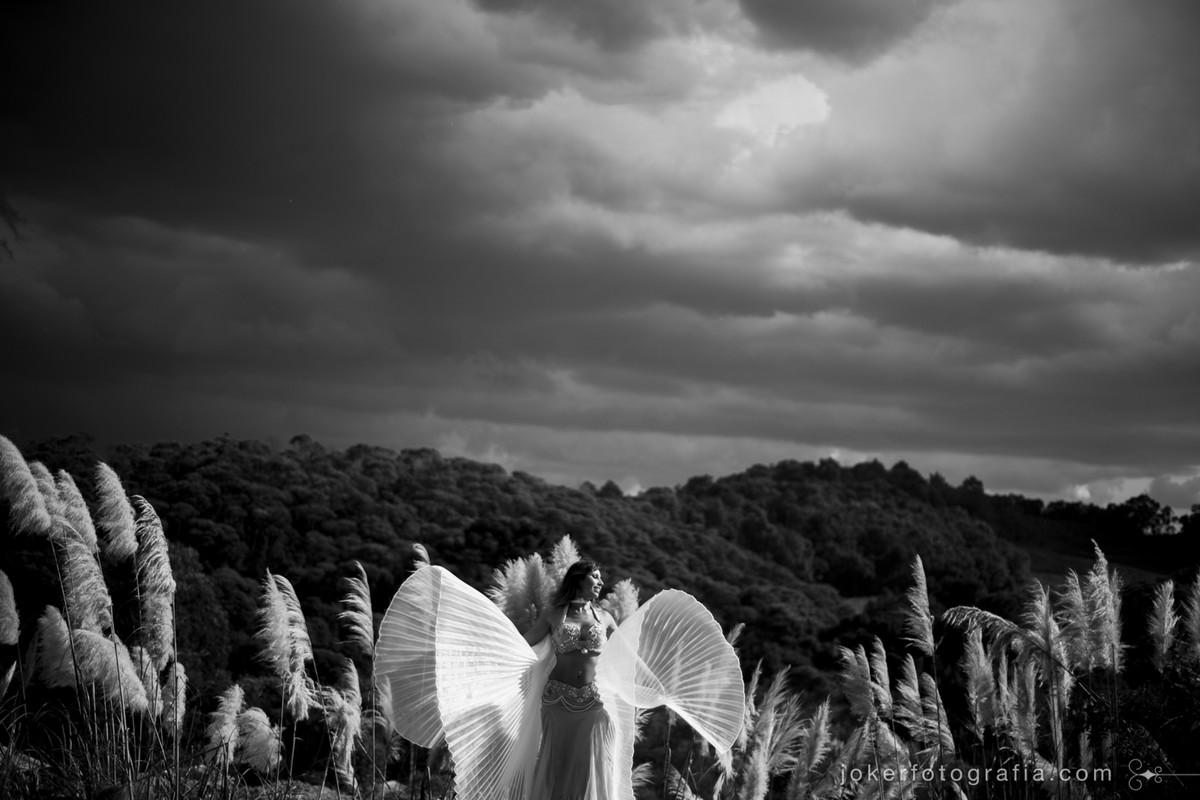 véu de asas na dança do ventre dá efeito angelical em book externo
