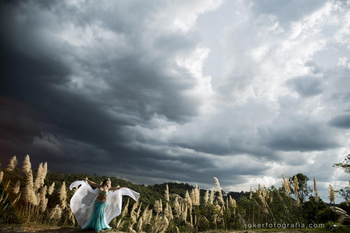 melhor fotógrafo de dança faz ensaio temático de dançarina com asas de tecido