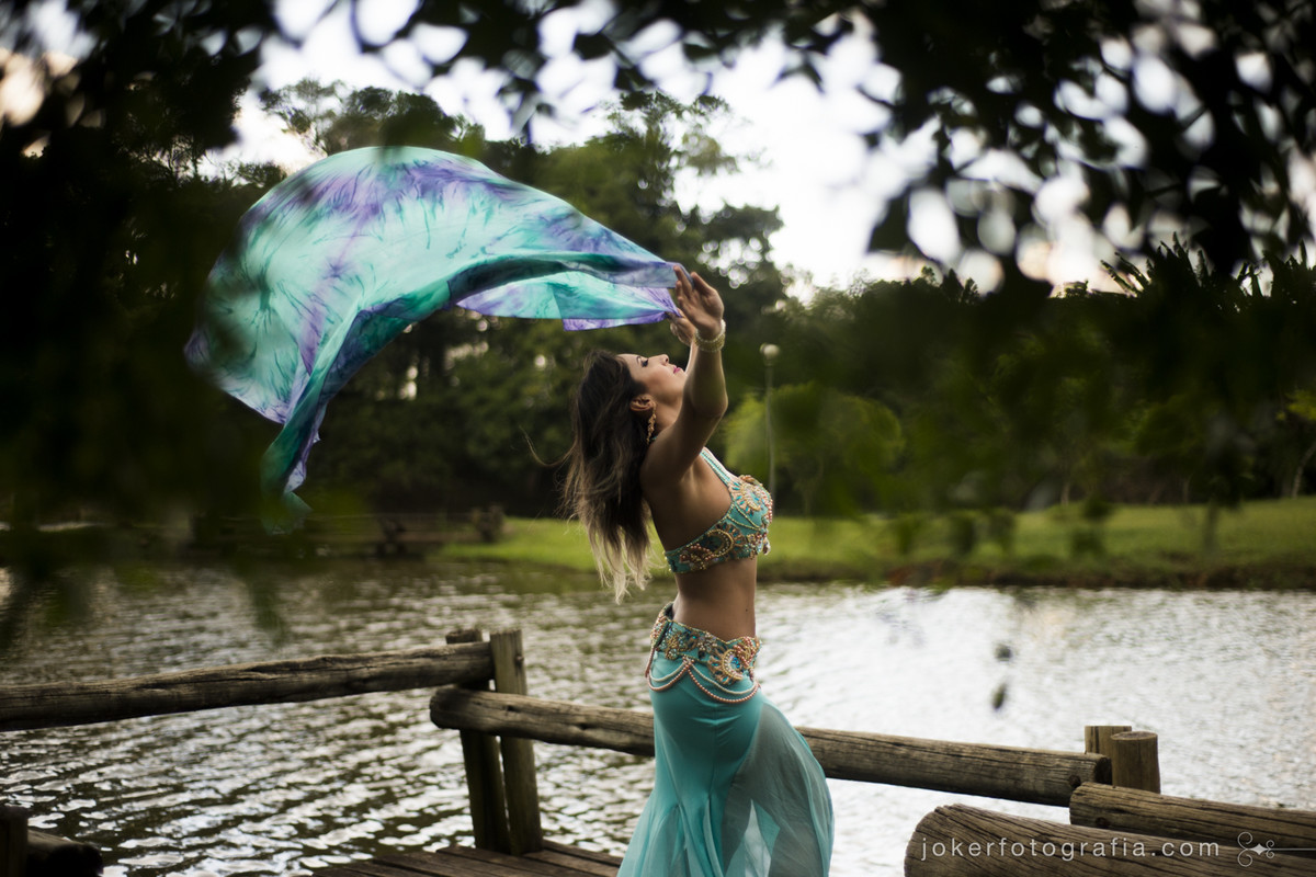 dançarina do ventre com seu véu em ensaio externo ao ar livre em meio à natureza