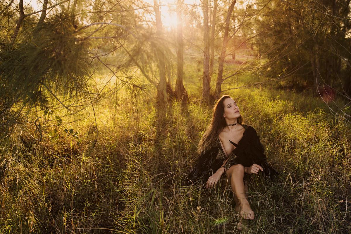 retrato sensual na floresta, foto diferente, ensaio nu, nu artistico, mulher voando, asas figurino, fotografia nu, fotos artisticas