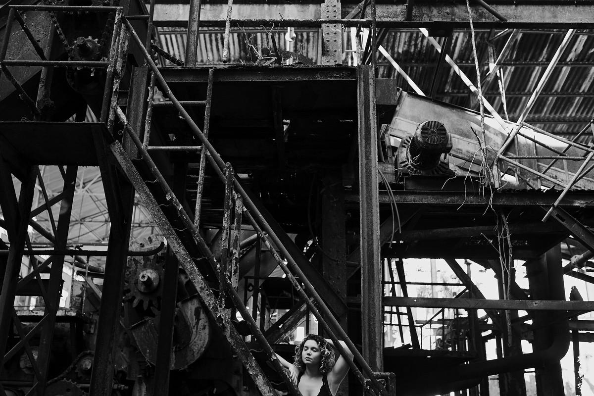 ensaio fotografico local abandonado, usina, usina abandonada, book diferente, fotografia diferente, foto pb, ensaio preto e branco, ensaio pb, fotos campos, campos dos goytacazes, ale queiroz