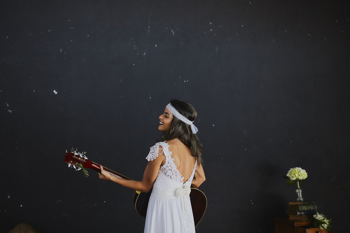 noiva tocando violão