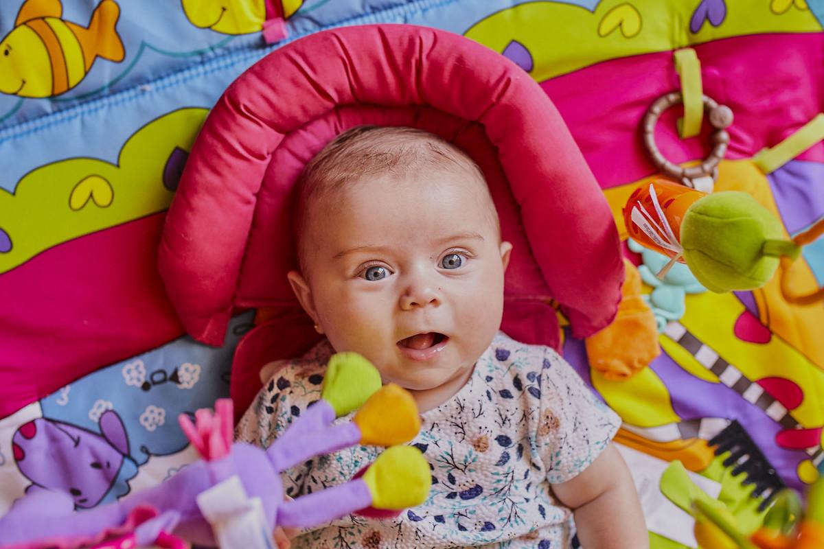 bebê brincando tapete