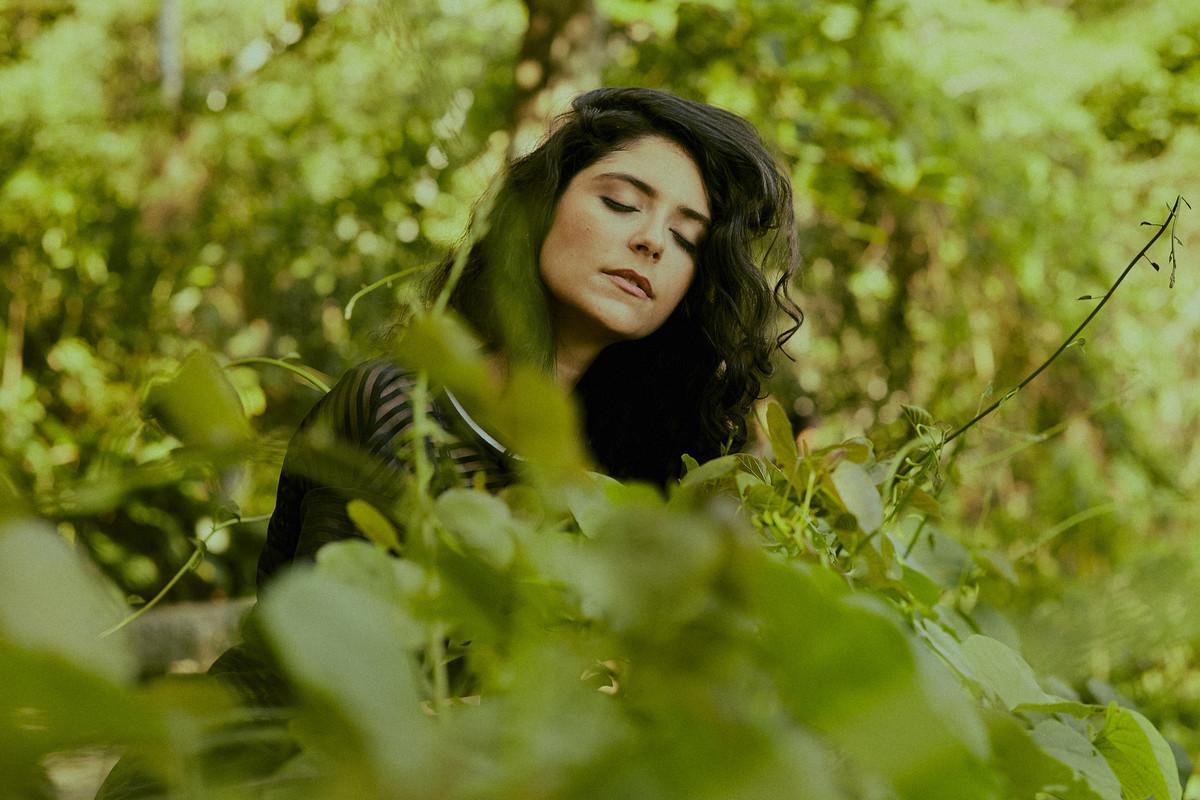 mulher com folhas verdes