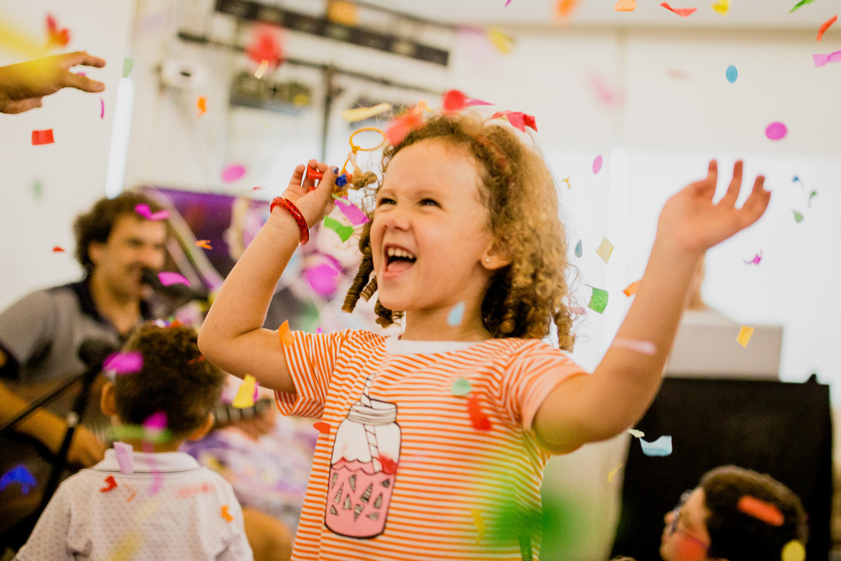 festa com serpentina infantil criança pulando brincadeiras aniversario um aniho fotografia festinha